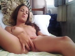 Young babe makes her pussy cum